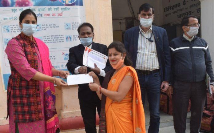 सीडीओ निधि गुप्ता वत्स के द्वारा ऋण स्वीकृत पत्र पाकर लाभार्थियों के चेहरे खिले