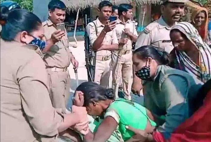 अभद्रता से नाराज महिलाओं ने सड़क पर लेट काटा हंगामा