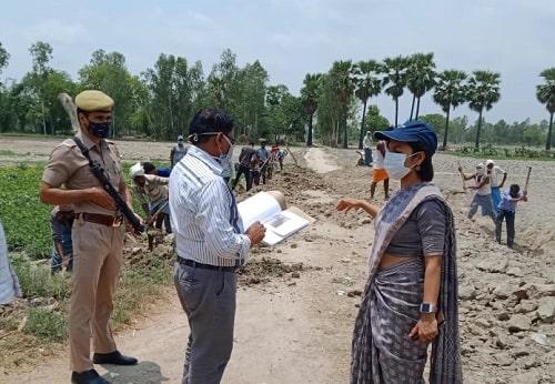 हरदोई : आकांक्षा राना (CDO) ने मनरेगा अन्तर्गत मिट्टी कार्य का किया निरीक्षण
