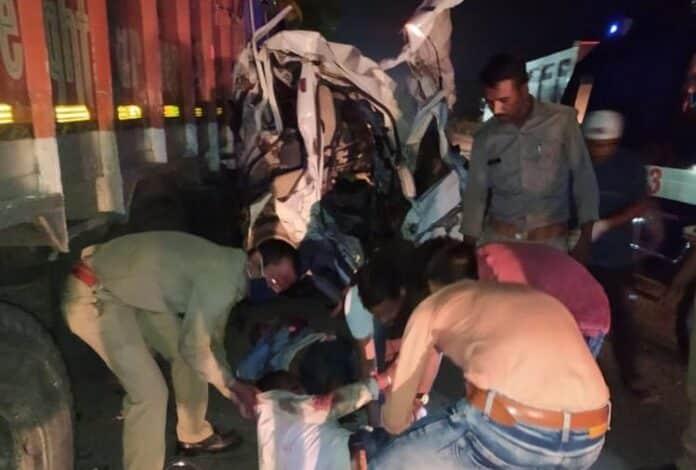 उन्नाव: भीषण सड़क हादसा, ट्रक ने डंपर के क्लीनर को रौंदा, 2 की मौत