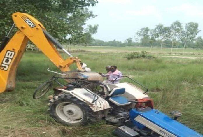 हरदोई: अनियंत्रित ट्रैक्टर खंती में पलटा