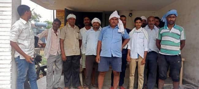मल्लावां में बिजली न मिलने से किसानों ने किया प्रदर्शन