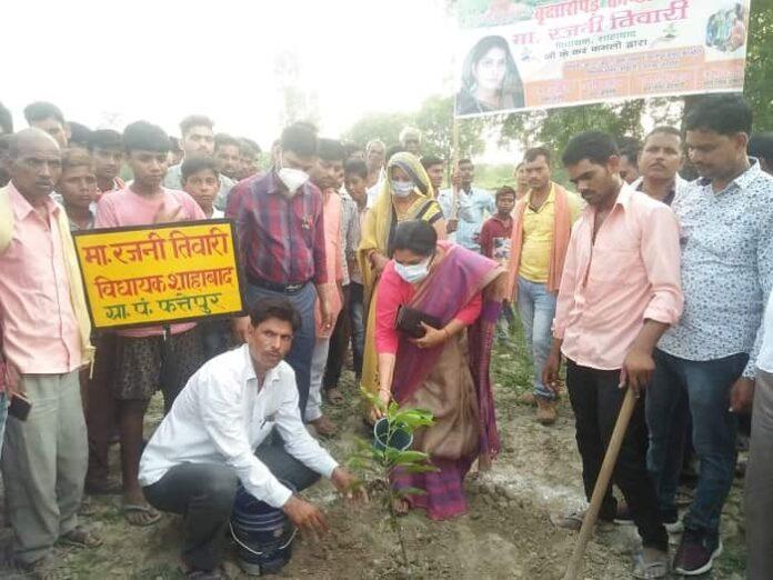फत्तेपुर में विधायिका रजनी तिवारी ने वृक्षारोपण किया