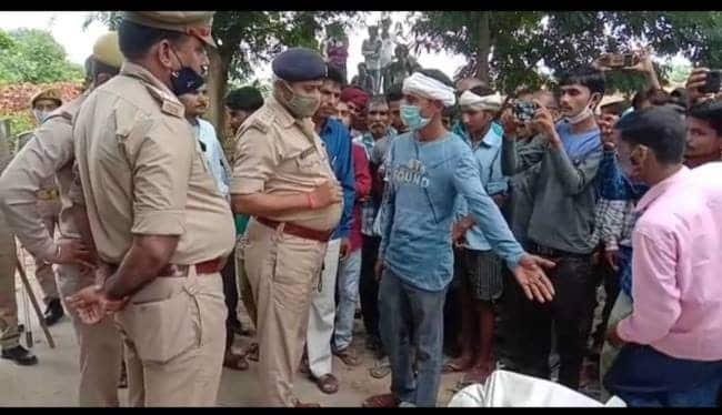 हरदोई : मजदूर की मौत, सड़क पर शव रखकर लगाया जाम