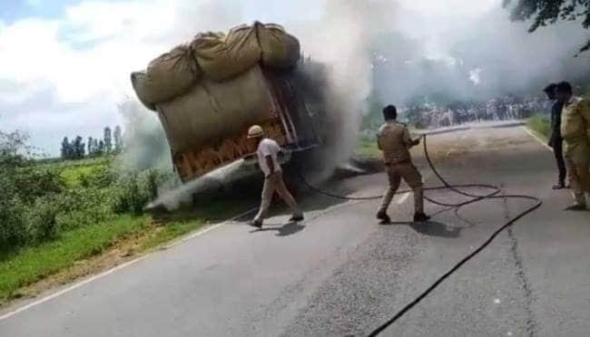 ट्रक में घुसी बाइक, आग लगने से बाइक सवार मौत
