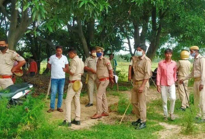 बाग में लटकते मिले प्रेमी युगल के शव मौके पर मौजूद पुलिस