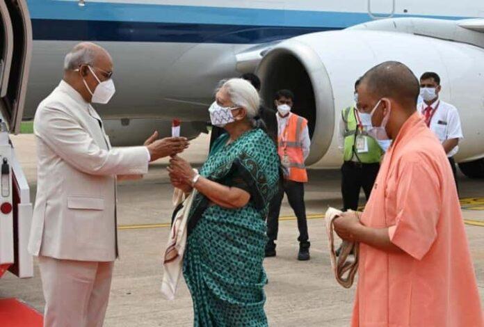 लखनऊ पहुंचे राष्ट्रपति रामनाथ कोविंद, राज्यपाल व CM योगी ने किया स्वागत