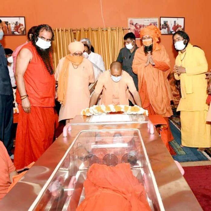 बाघंबरी गद्दी मठ में अखाड़ा परिषद अध्यक्ष नरेंद्र गिरी को श्रद्धांजलि अर्पित करते CM आदित्यनाथ योगी