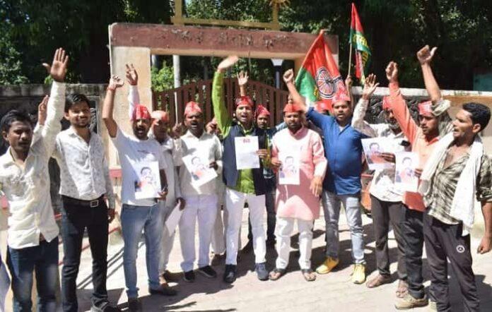 मनीष गुप्ता प्रकरण : सपा व्यापार सभा ने पुलिस की बर्बरता के खिलाफ विरोध किया प्रदर्शन