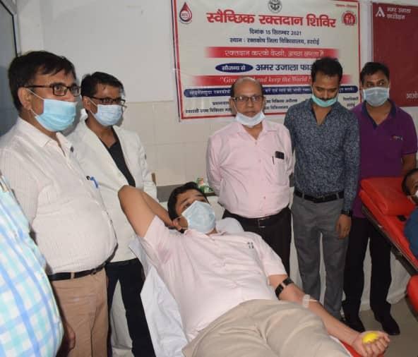 रक्तदान करते हुए डीएम अविनाश कुमार