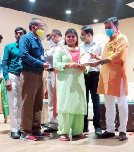 गोरखपुर के एनेक्सी भवन में जिले की एडु लीडर्स अवार्ड के लिए चयनित शिक्षिका सोनम गुप्ता को सम्मानित करते शिक्षा मंत्री