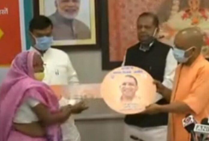 यूपी: 5.5 लाख गरीबों का अपने घर का सपना हुआ पूरा, मुख्यमंत्री ने सौंपी चाबी
