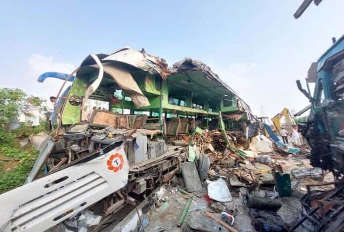 बाराबंकी हादसा : ट्रक से भिड़ी डबल डेकर बस, 15 की मौत, पुलिस ने जारी किया हेल्पलाइन नंबर